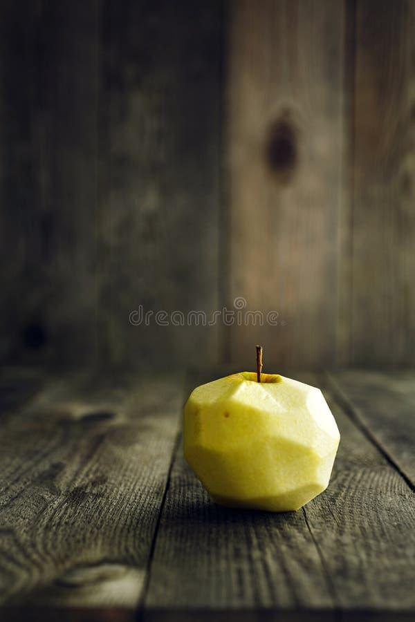 Apple descascado no fundo de madeira imagens de stock