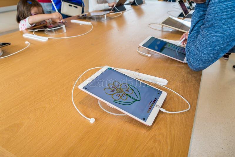 Apple dibuja a lápiz la prueba en el Ipad favorable imagen de archivo libre de regalías