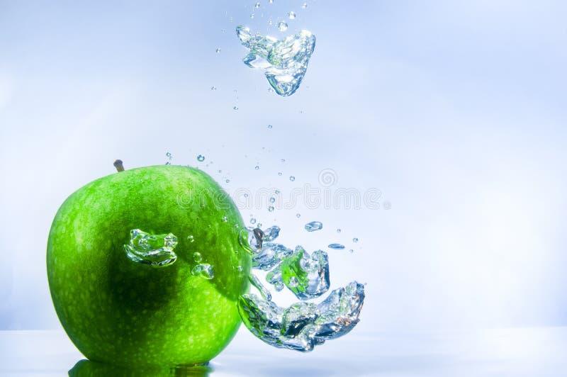 Apple e bolhas verdes fotos de stock