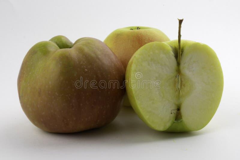 Apple e fetta su fondo bianco immagine stock libera da diritti