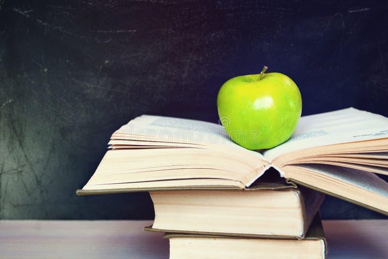 Apple e libro fotografie stock