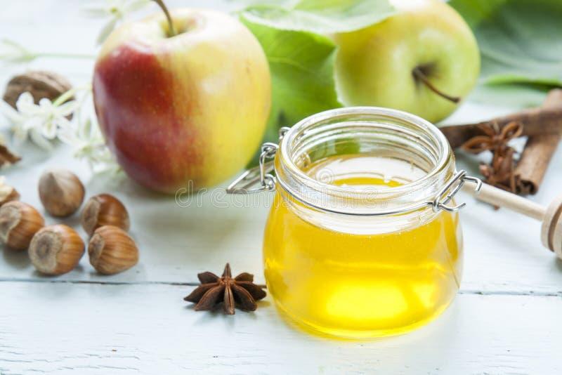 Apple e mel na tabela de madeira clara imagens de stock royalty free