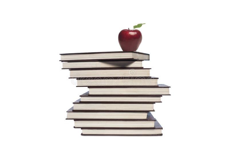 Apple e mucchio dei libri su fondo bianco fotografie stock libere da diritti