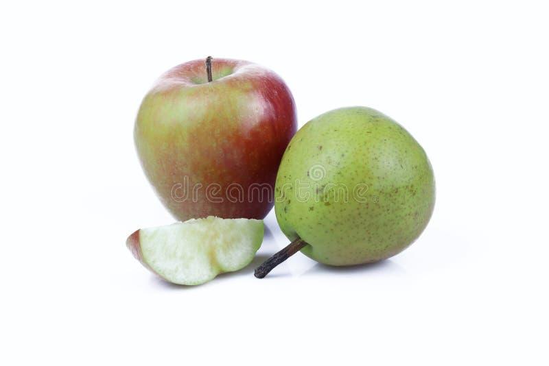 Apple e pera isolados no fundo branco imagem de stock