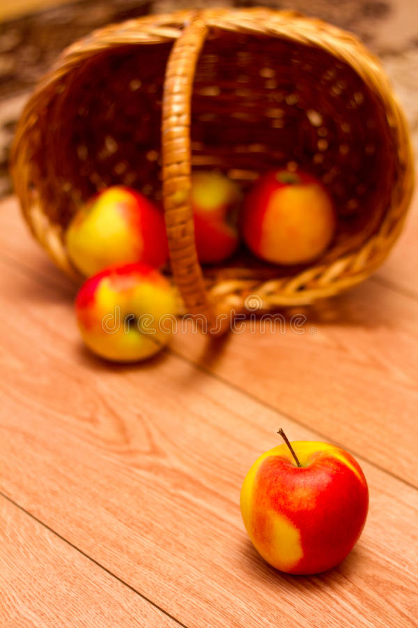 Apple e un canestro fotografie stock