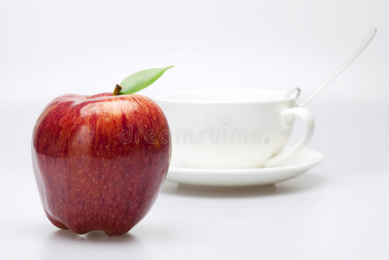 Apple e una tazza fotografia stock libera da diritti