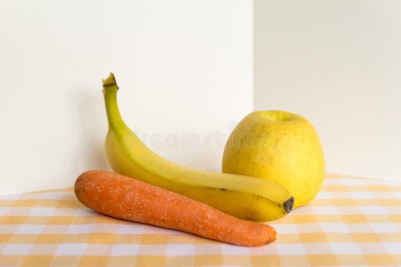 Apple, el plátano y la zanahoria van a ser preparados para los alimentos para niños sanos Preparación de los alimentos para niños imagenes de archivo