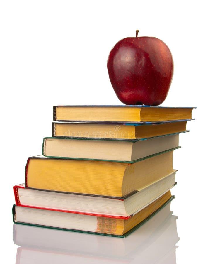 Apple em livros fotografia de stock