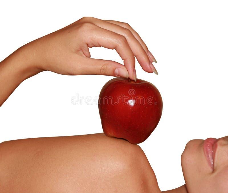 Apple em um ombro fêmea imagem de stock royalty free