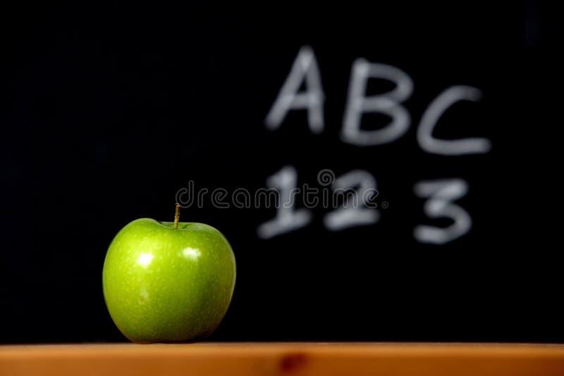 Apple em uma mesa imagens de stock