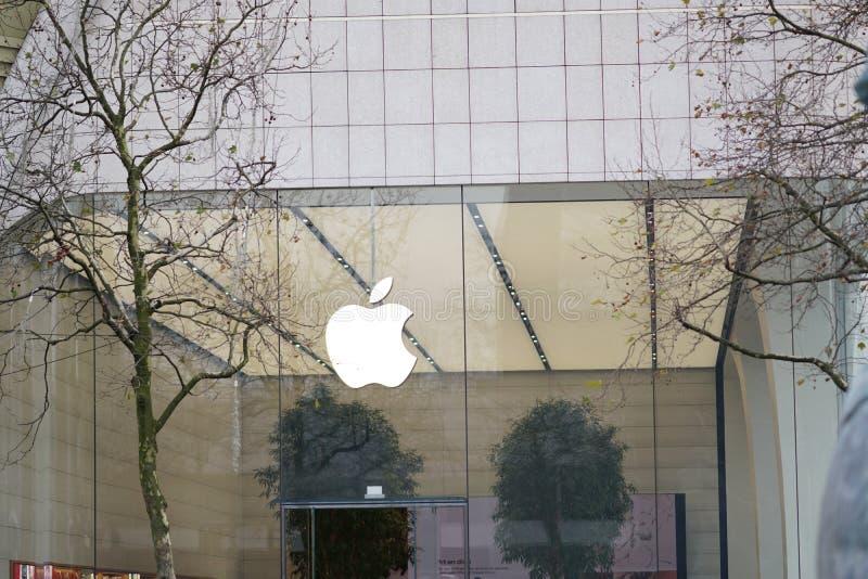 Apple-embleem buiten een opslag stock fotografie