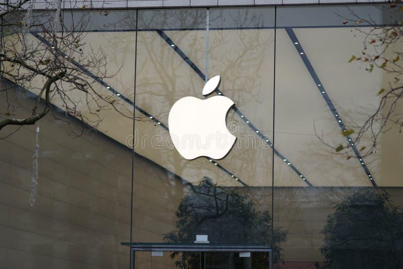 Apple-embleem buiten een opslag stock foto's