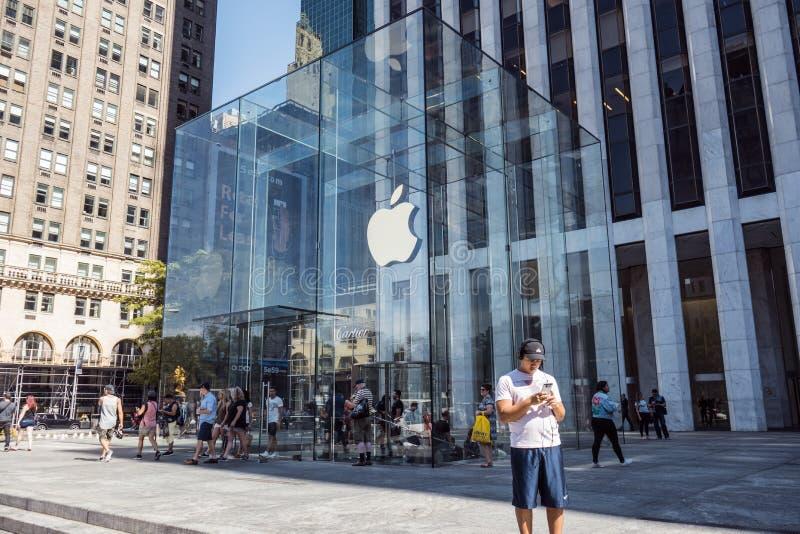 Apple-Embleem hing in de ingang van de glaskubus aan beroemd Fifth Avenue Apple Store in New York stock foto's