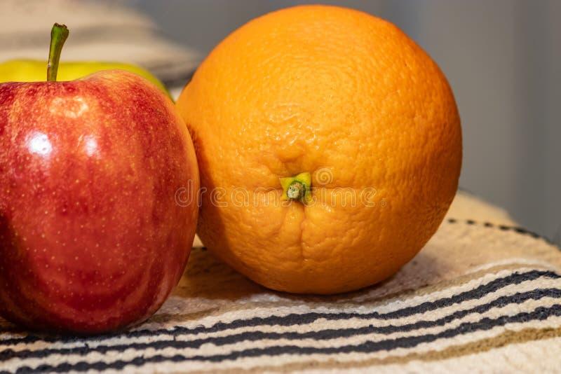 Apple en een sinaasappel royalty-vrije stock fotografie