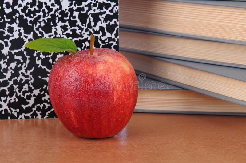 Apple en el escritorio de los profesores fotos de archivo