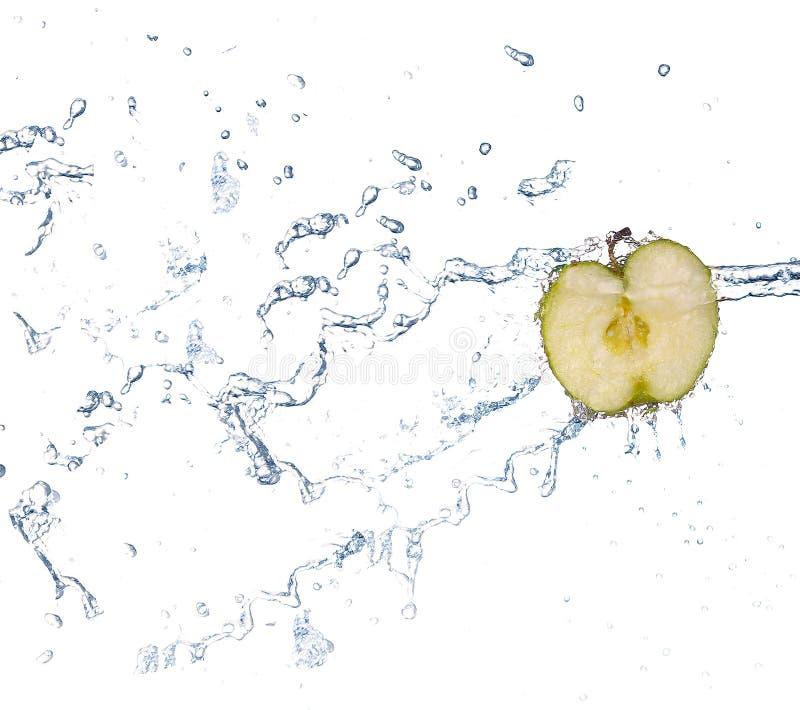 Apple en el espray del agua Manzana jugosa con el chapoteo en el fondo blanco imagen de archivo libre de regalías