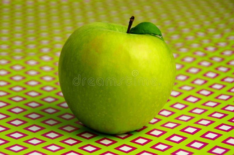 Apple en fondo geométrico foto de archivo libre de regalías