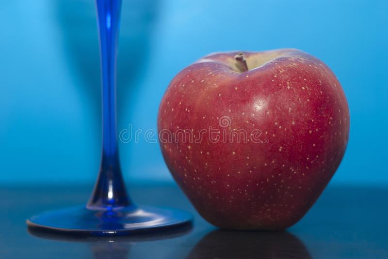Apple en glas stock afbeelding