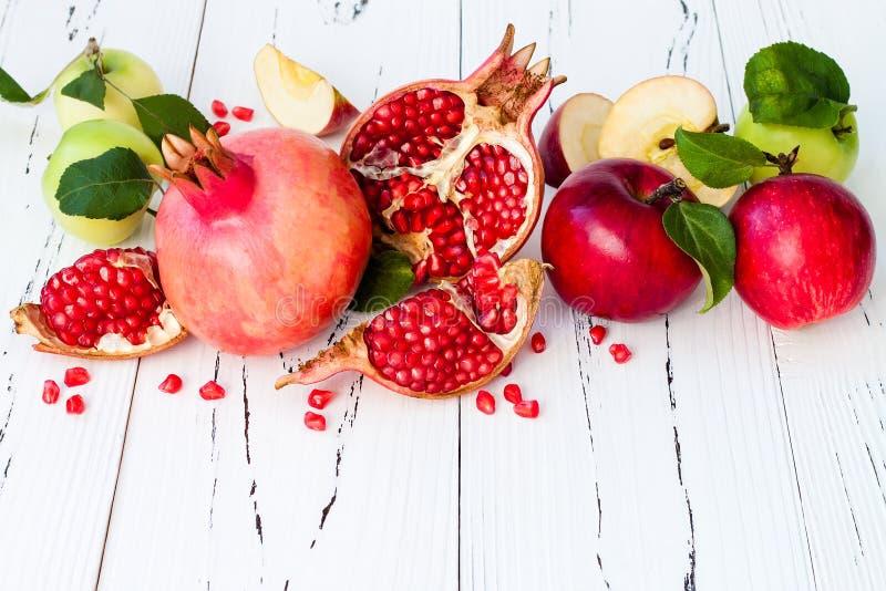 Apple en honing, traditioneel voedsel van Joods Nieuwjaar - Rosh Hashana Exemplaar ruimteachtergrond royalty-vrije stock afbeeldingen