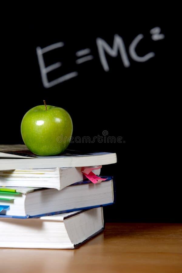 Apple en la pila de libros en sala de clase imagen de archivo libre de regalías