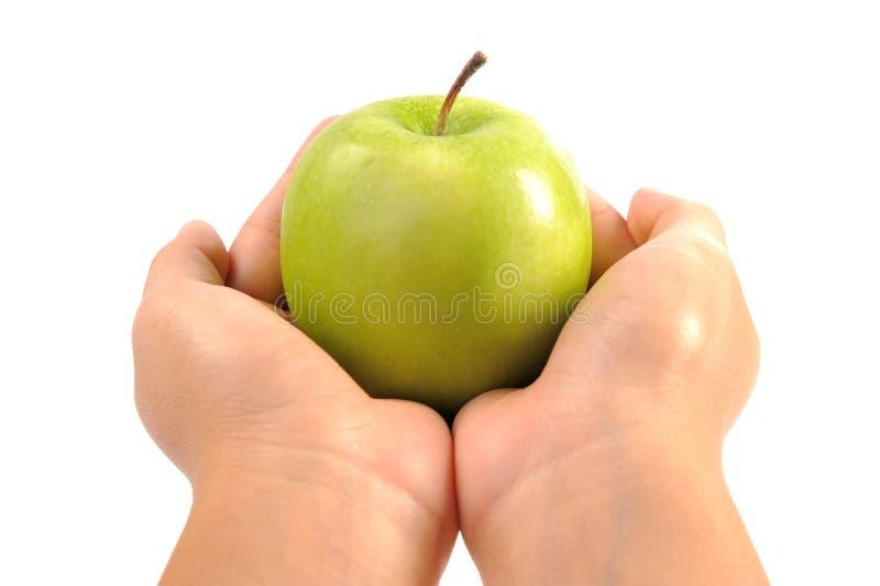 Apple en manos de la mujer se cierra para arriba fotografía de archivo
