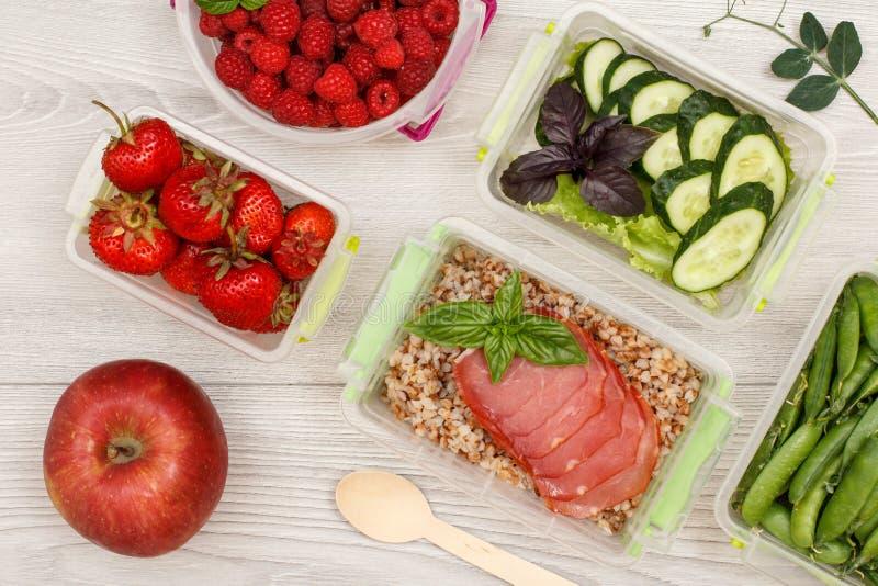 Apple en plastic maaltijd prep containers met verse aardbeien, stock afbeeldingen