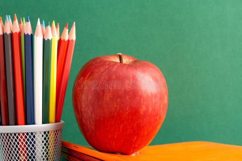Apple en potloden royalty-vrije stock afbeeldingen
