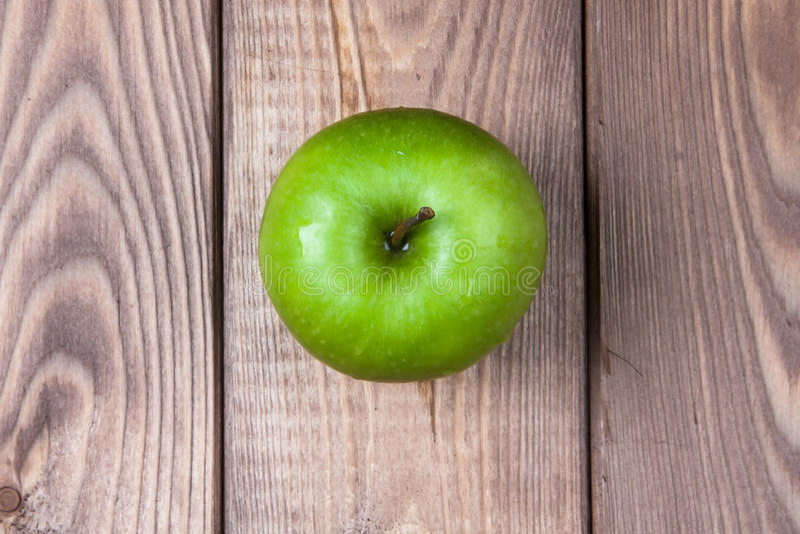 Apple en una opinión superior del fondo de madera imagen de archivo