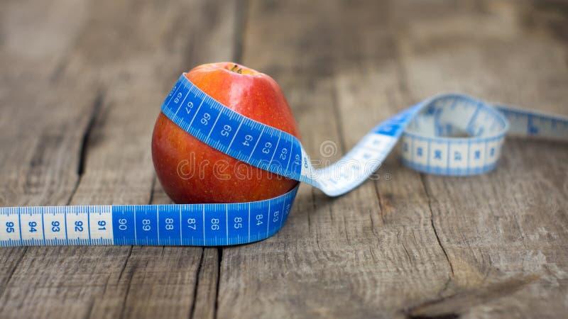 Apple et bande de mesure photos libres de droits