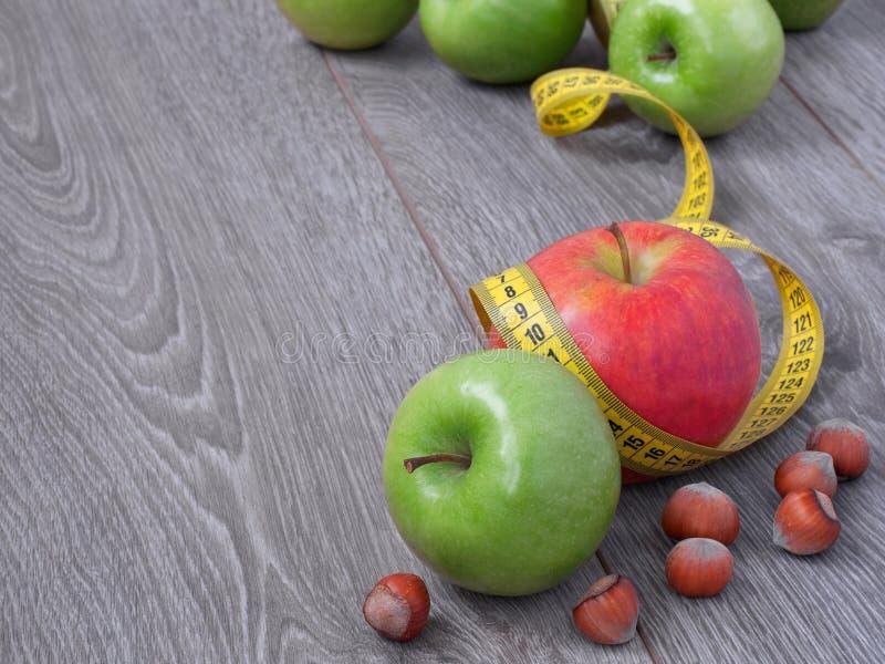 Apple et bande de mesure photographie stock