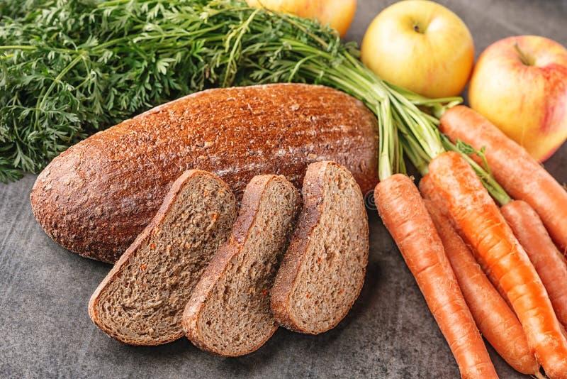 Apple et la carotte panent, pain écrit avec le légume frais et fruit, la nourriture saine, photographie de produit pour la boulan photographie stock libre de droits