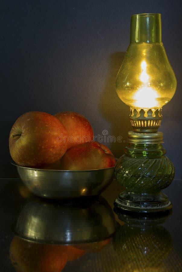 Apple et lampe photos libres de droits