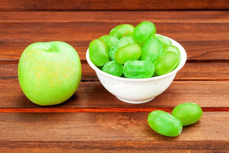 Apple et raisin dans une cuvette potable image stock