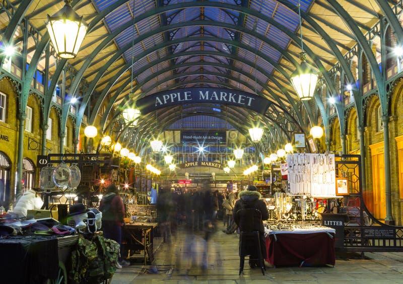 Apple för Covent trädgård marknad på natten arkivbilder