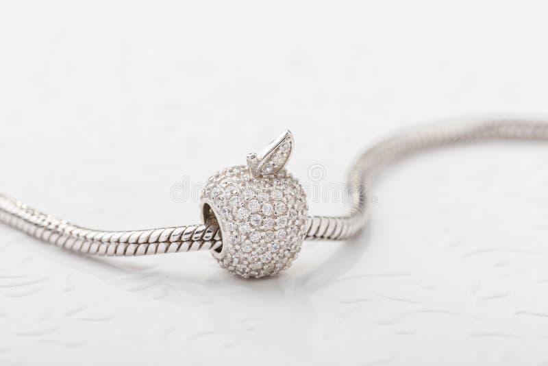Apple formade berlockpärlan med diamanter för det chain armbandet arkivfoton