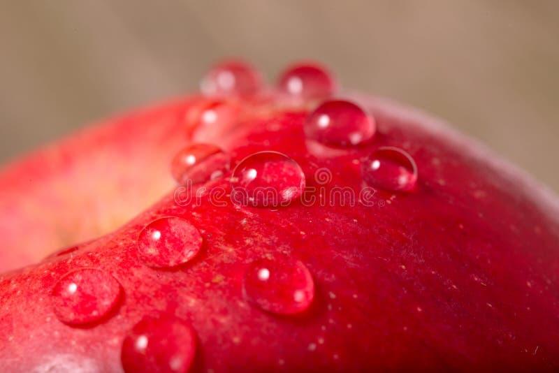 Apple fragmenta com gotas da água imagens de stock royalty free