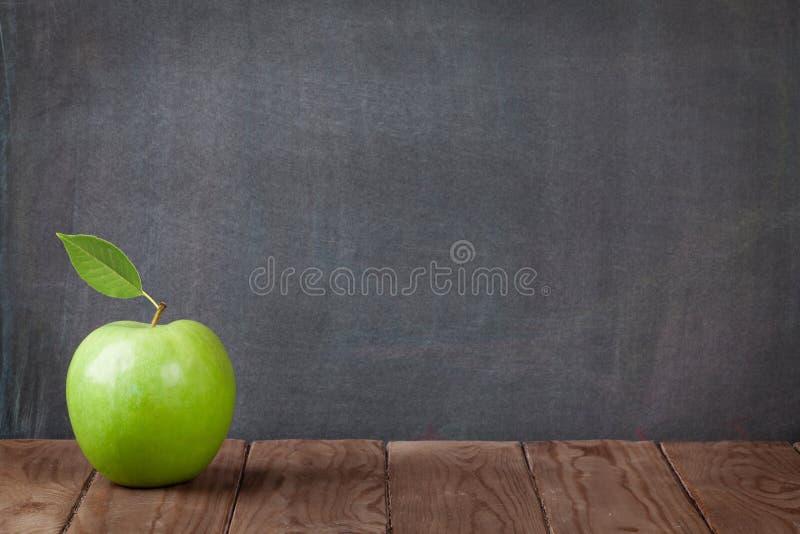 Apple frutifica na tabela da sala de aula imagem de stock