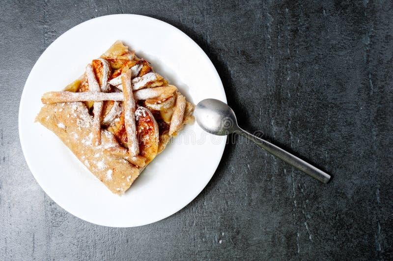 Apple galette, paj som är syrlig med kanel på en bästa sikt för grå stenbakgrund arkivfoto