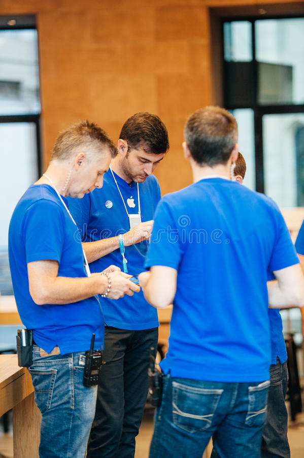 Apple Genius team talking during short reunion. STRASBOURG, FRANCE - SEPTEMBER 19, 2014: Apple Genius team talks with each other during new product launch royalty free stock photos