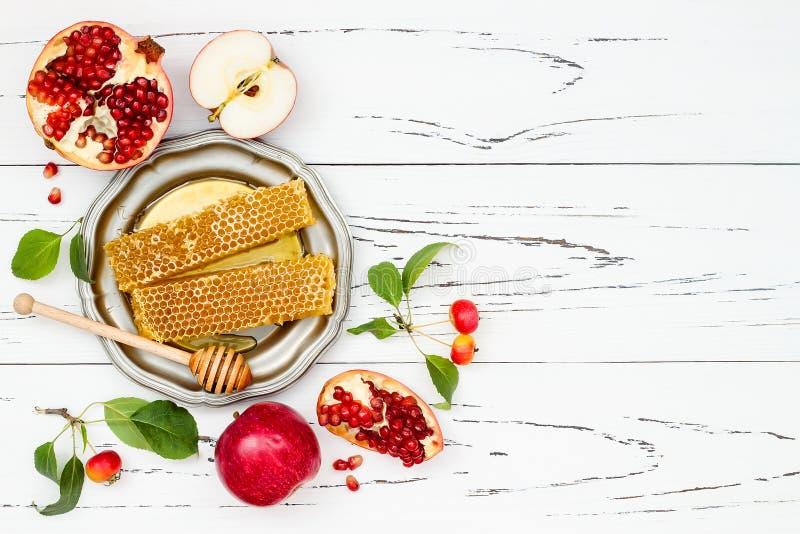 Apple, granaatappel en honing, traditioneel voedsel van Joods Nieuwjaar - Rosh Hashana Exemplaar ruimteachtergrond stock foto's