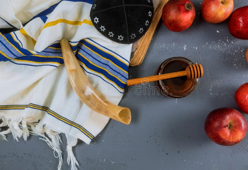 Apple, Granatapfel und Honig jüdischen torah neues Jahr Rosh Hashana Buches, kippah yamolka talit lizenzfreies stockbild