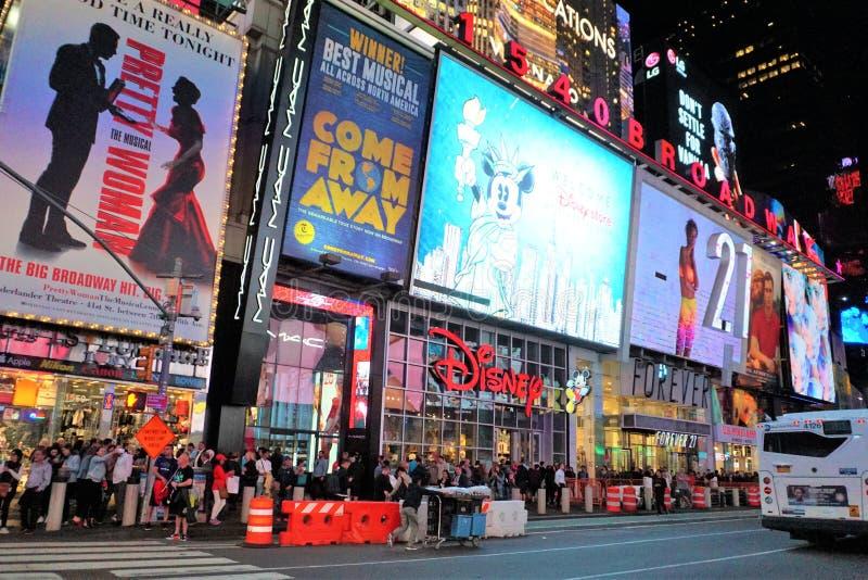 Apple grande Broadway iluminou-se acima na noite foto de stock