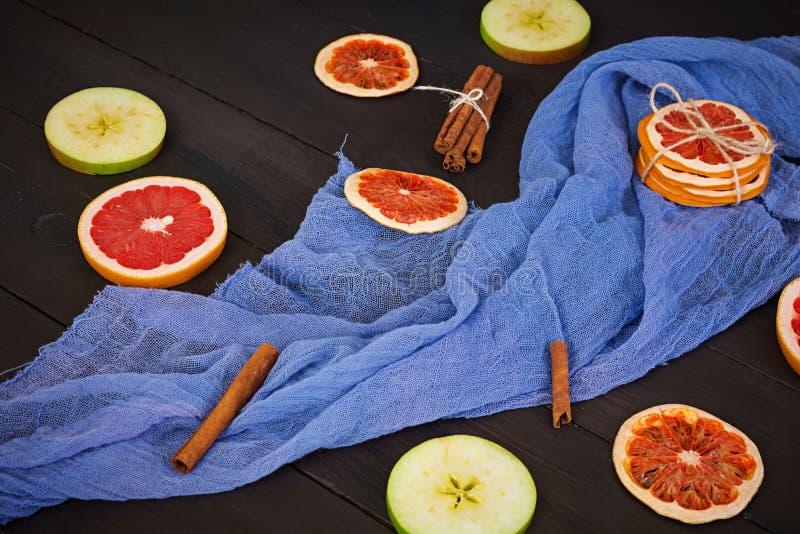 Apple, grapefruit en kaneel op houten achtergrond Ingrediënt voor hete overwogen wijn Hoogste mening stock afbeelding