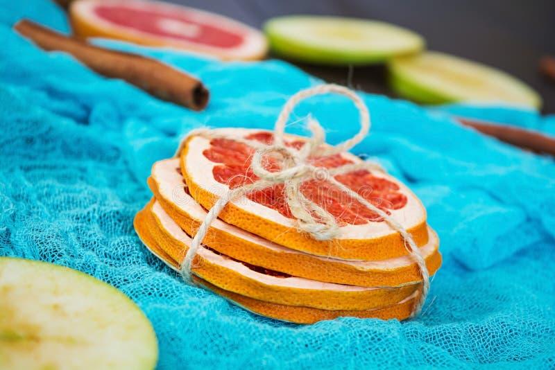 Apple, grapefruit en kaneel op houten achtergrond Ingrediënt voor hete overwogen wijn Hoogste mening stock foto