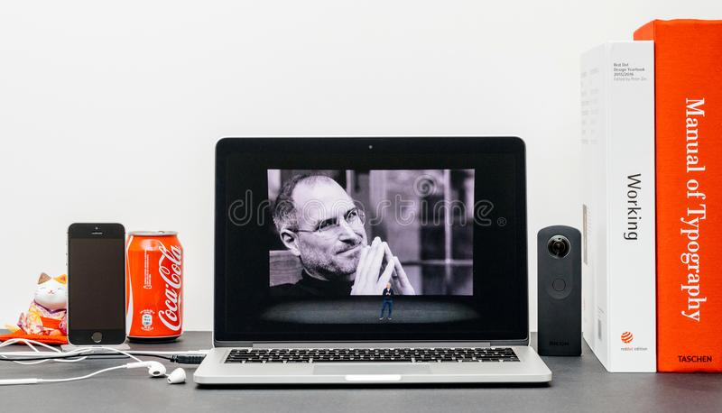 Apple grundtanke med Steve Jobs i minne av Tim Cook, royaltyfria foton