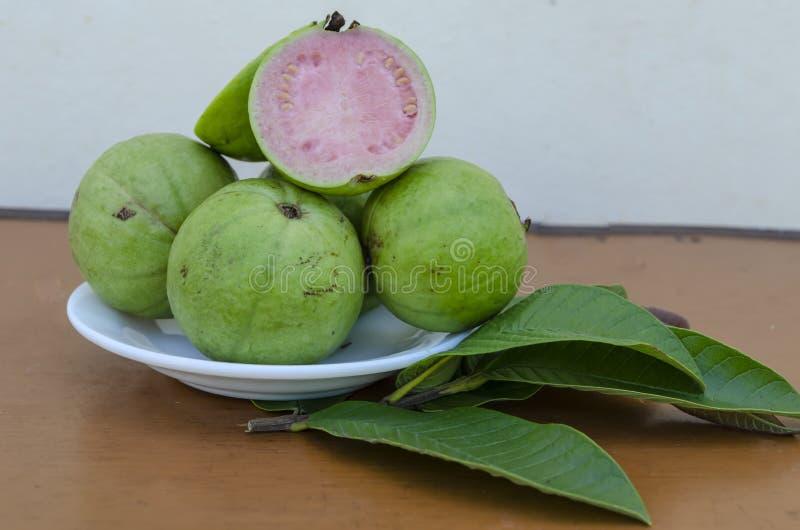 Apple guavafrukter och sidor arkivbilder