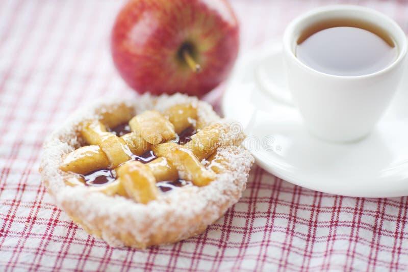 Apple härlig cake med bär och tea royaltyfria foton