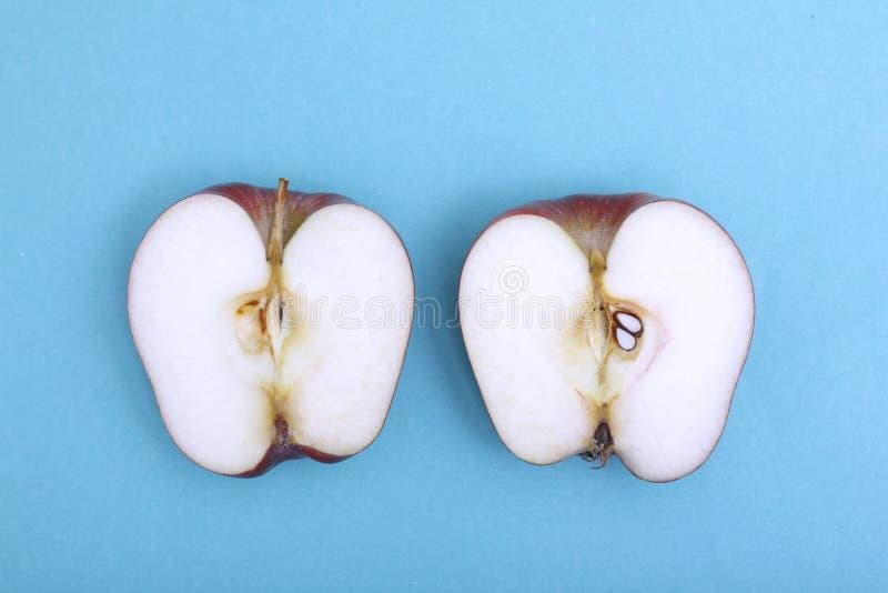 Apple ha tagliato su colore blu fotografia stock