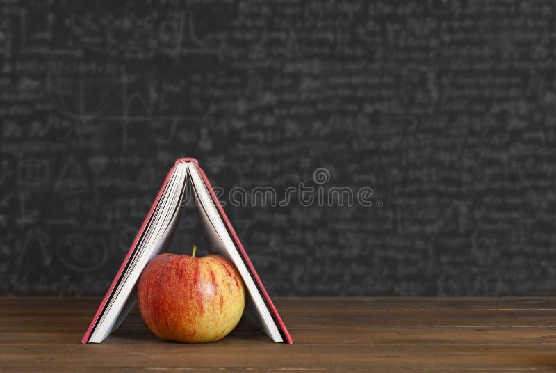 Apple in het kader van boeken, huis royalty-vrije stock foto