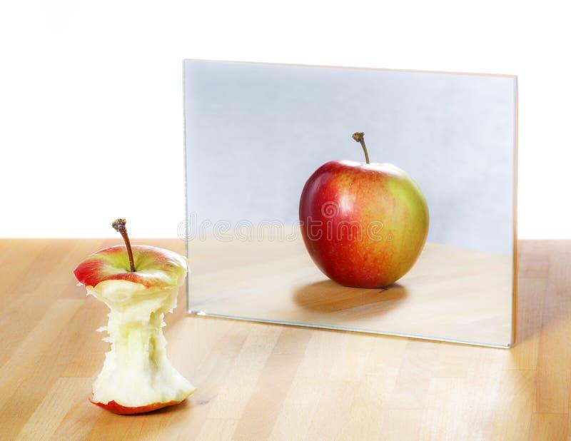 Apple in het spiegelbeeld stock fotografie